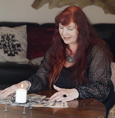Výklad karet živě, Věštírna Květy Fialové, výklad karet a horoskopy online